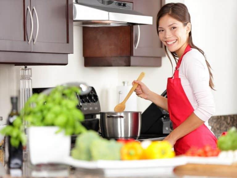 mujer cocinando con olla