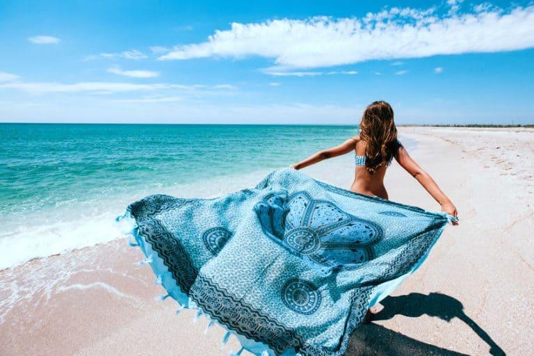 Mujer con pareo azul