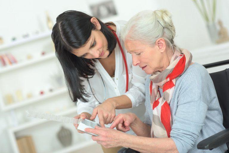 Una doctora ayudando a una paciente