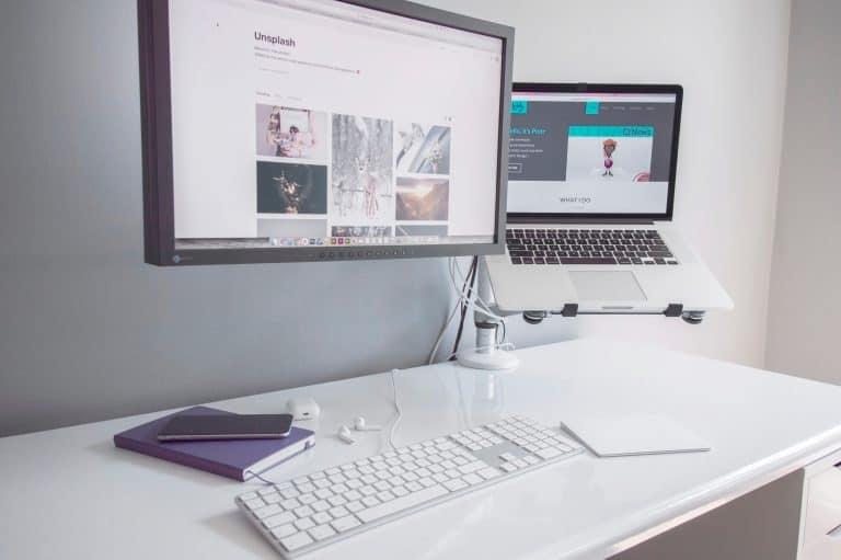 portátil con teclado blanco