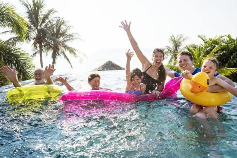 Personas disfrutando piscina
