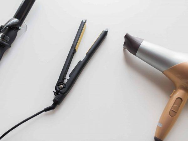 Planchas de pelo junto a un secador y rizador