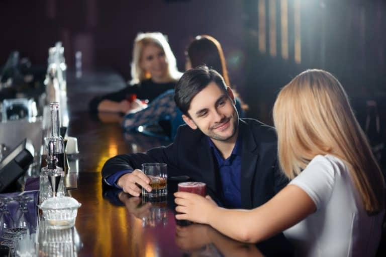 Amigos en un bar