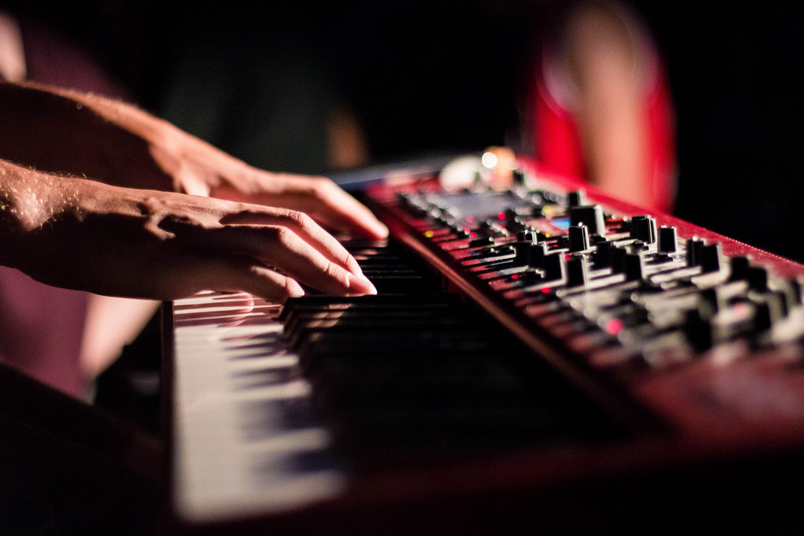 tocando teclado
