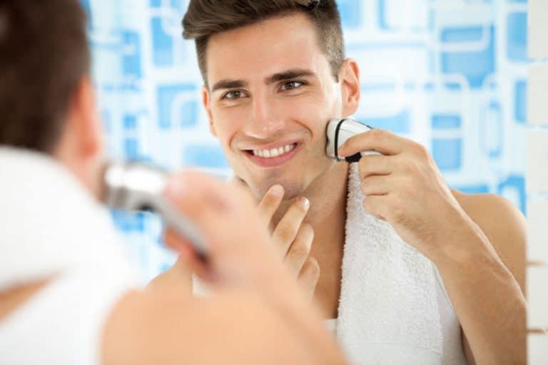 Hombre feliz con rasuradora