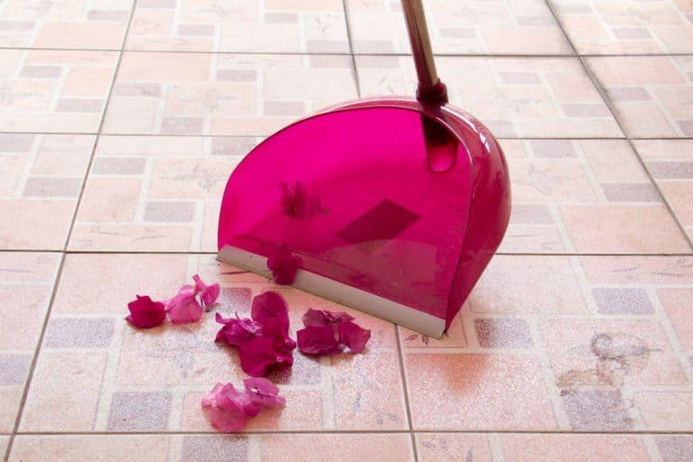 Un recogedor de color rosa