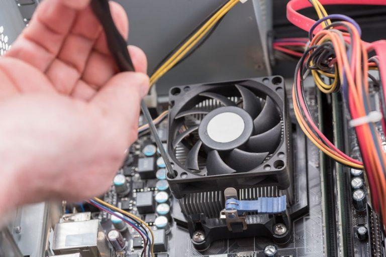 Hombre reparando ventilador de su ordenador