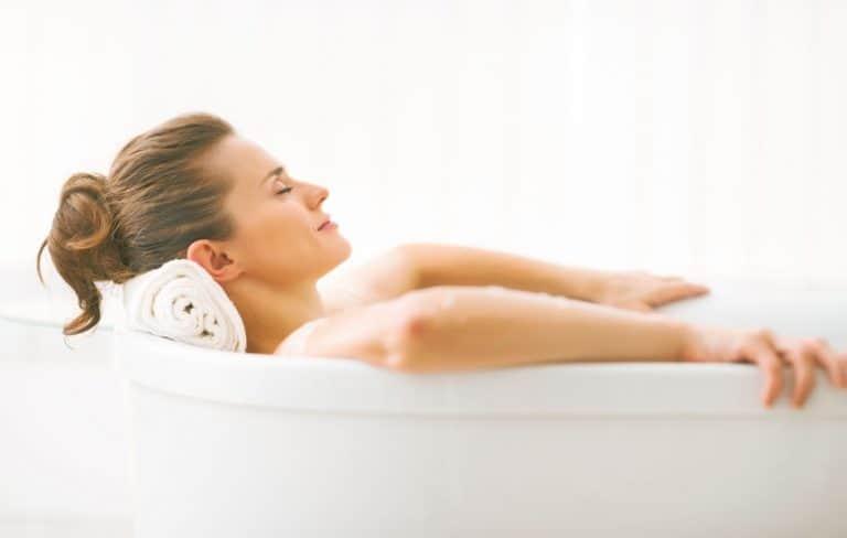 Una mujer relajándose en una bañera
