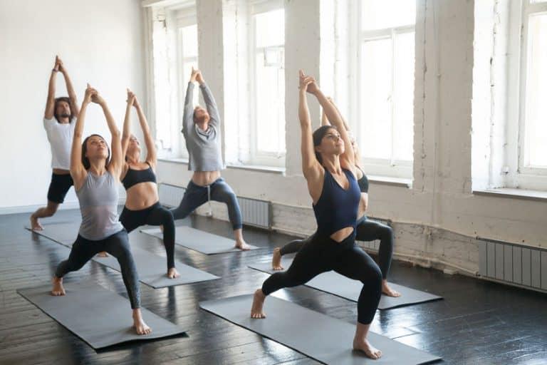 Un grupo de gente practicando yoga