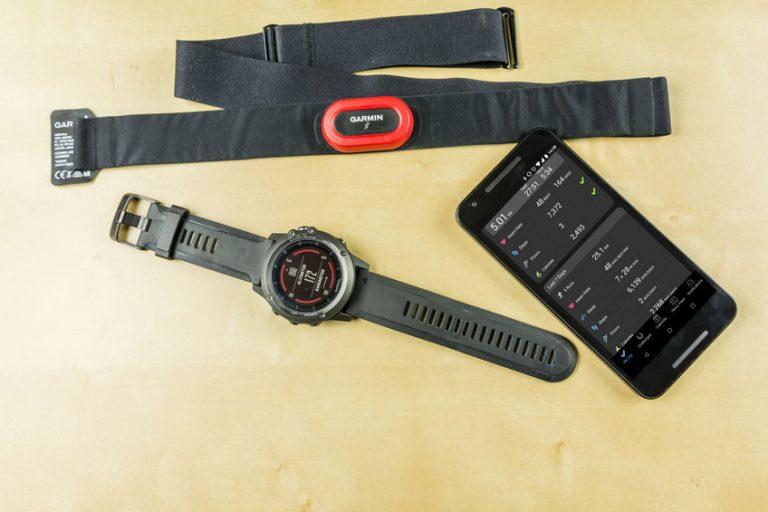 Un reloj con otros accesorios para correr
