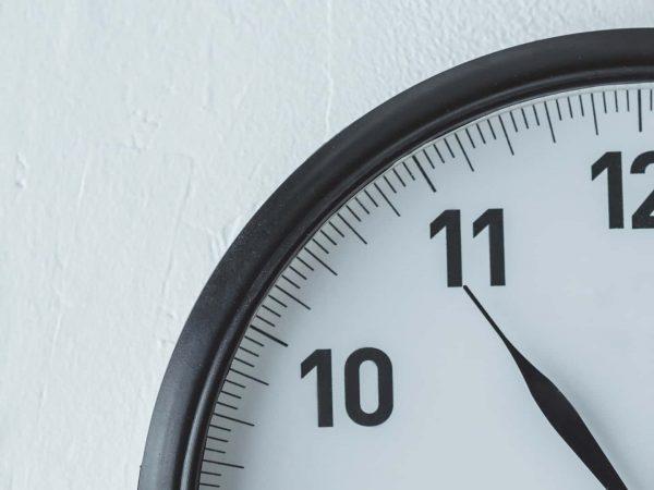 reloj de pared principal