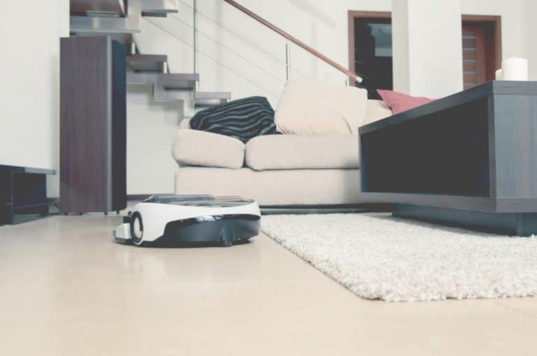 Robot aspirador en casa moderna