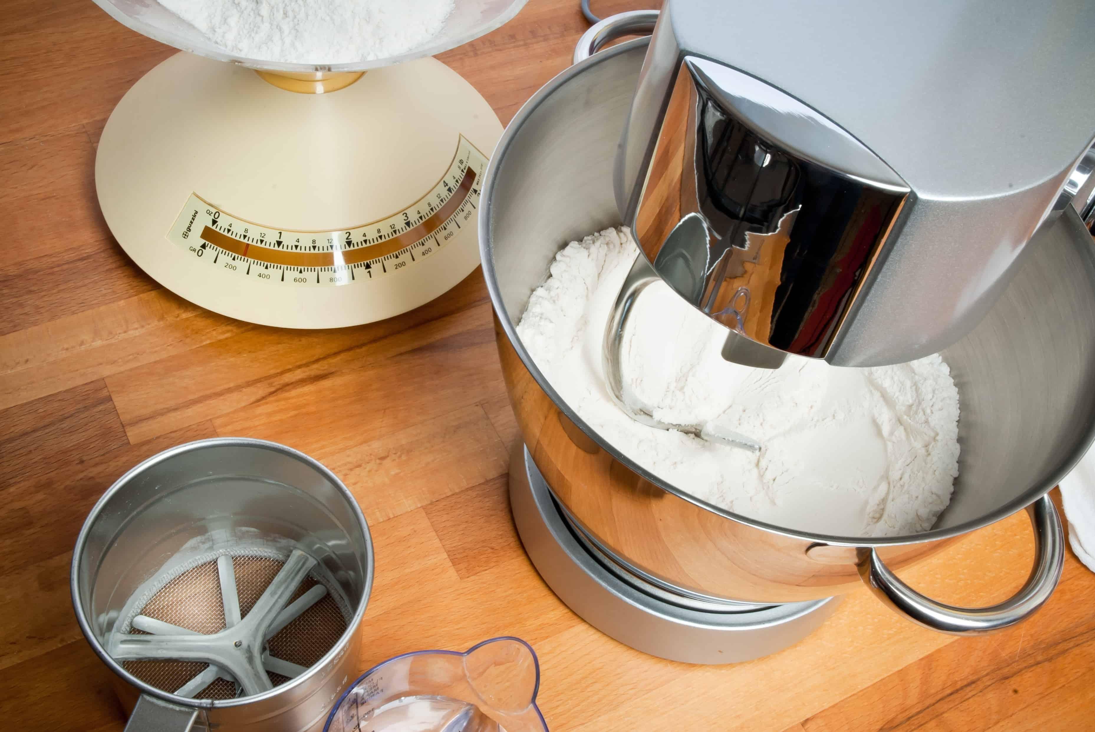 Un robot de cocina con otros accesorios para pastelería