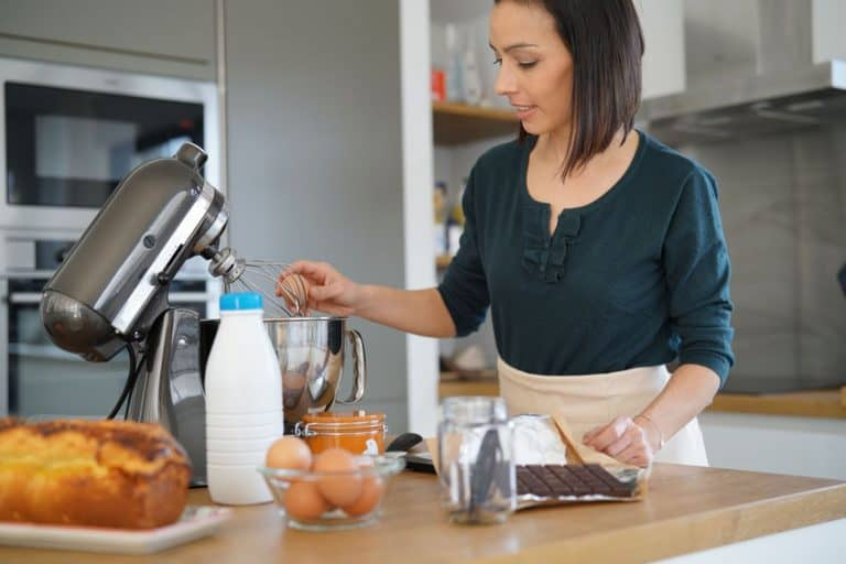 Una mujer cocinando con un robot de cocina