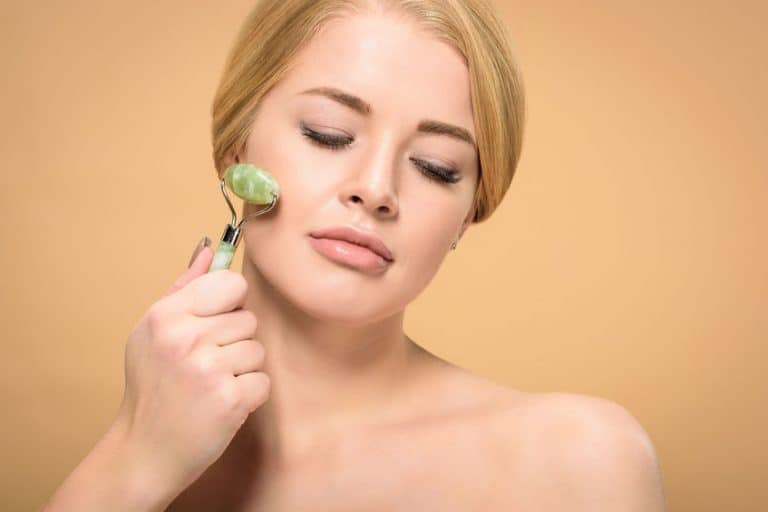 Mujer con face roller