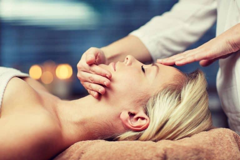 Una mujer haciéndose un tratamiento facial