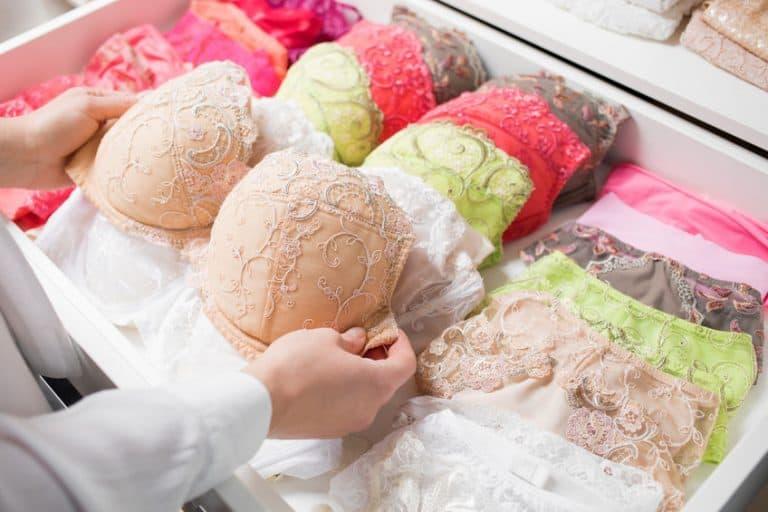 Mujer ordenando ropa interior