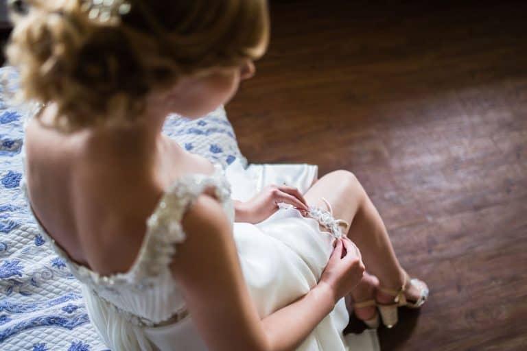 Mujer arreglandose para su boda