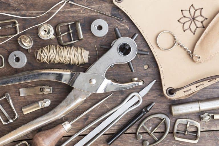 Herramientas sobre mesa de madera