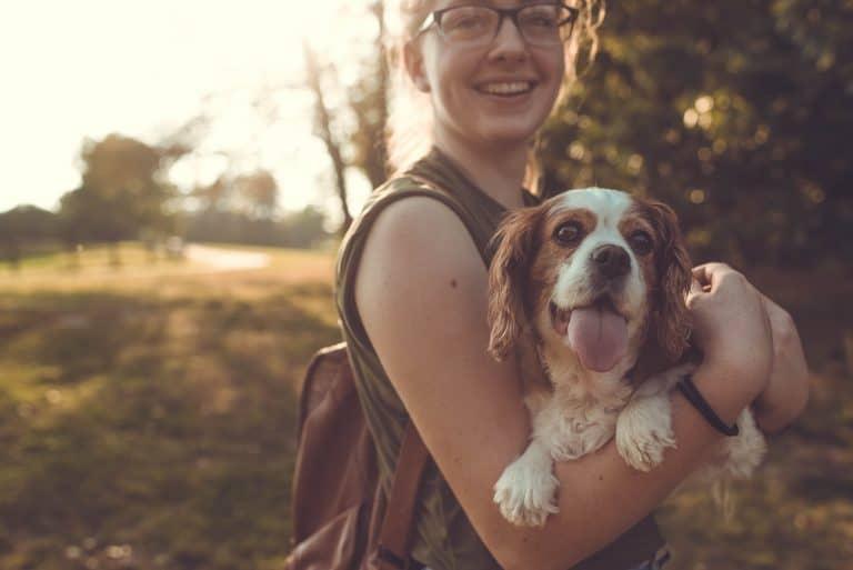 Mujer sosteniendo a su perro