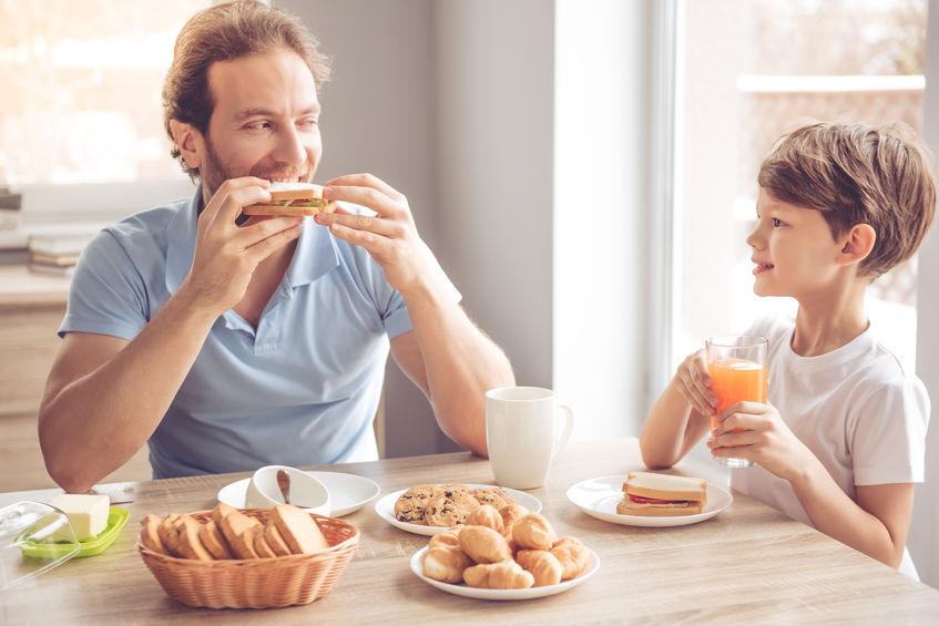 padre e hijo comiendo