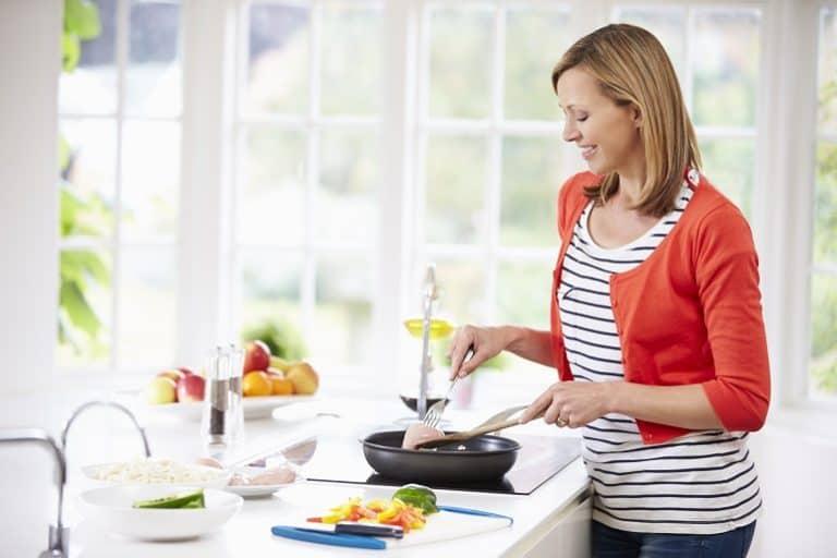 Mujer de pie cocinando