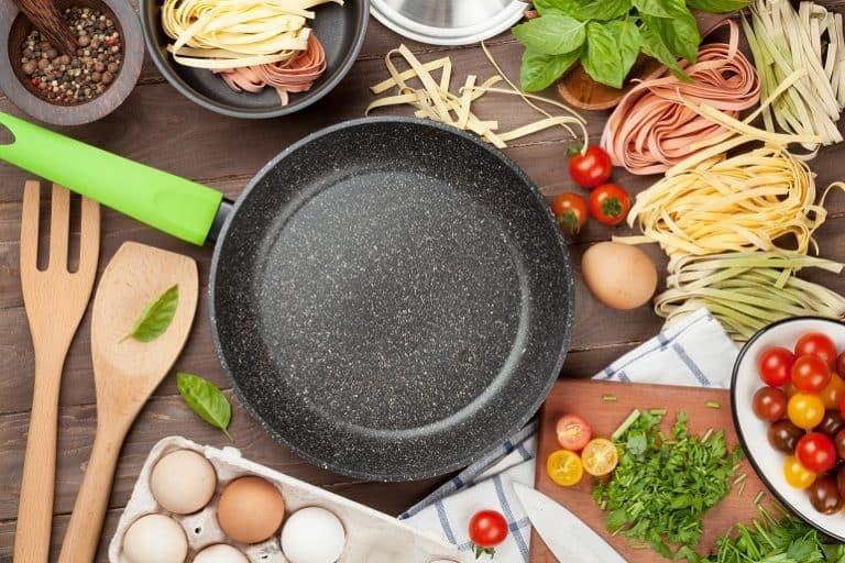 Sartén con múltiples ingredientes para cocinar
