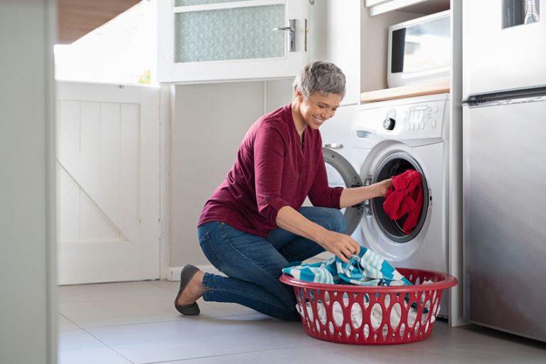 Mujer metiendo ropa a secar