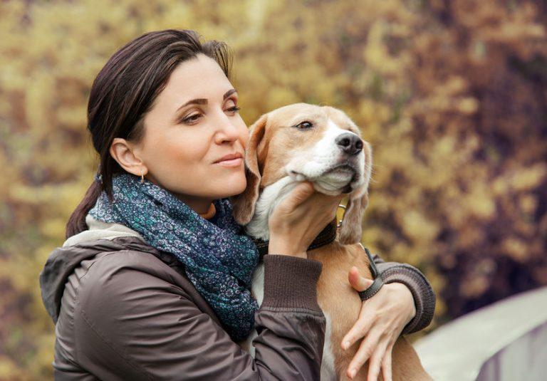 mujer abrazando su perro