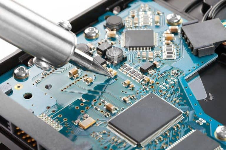 Placa de ordenador siendo reparada