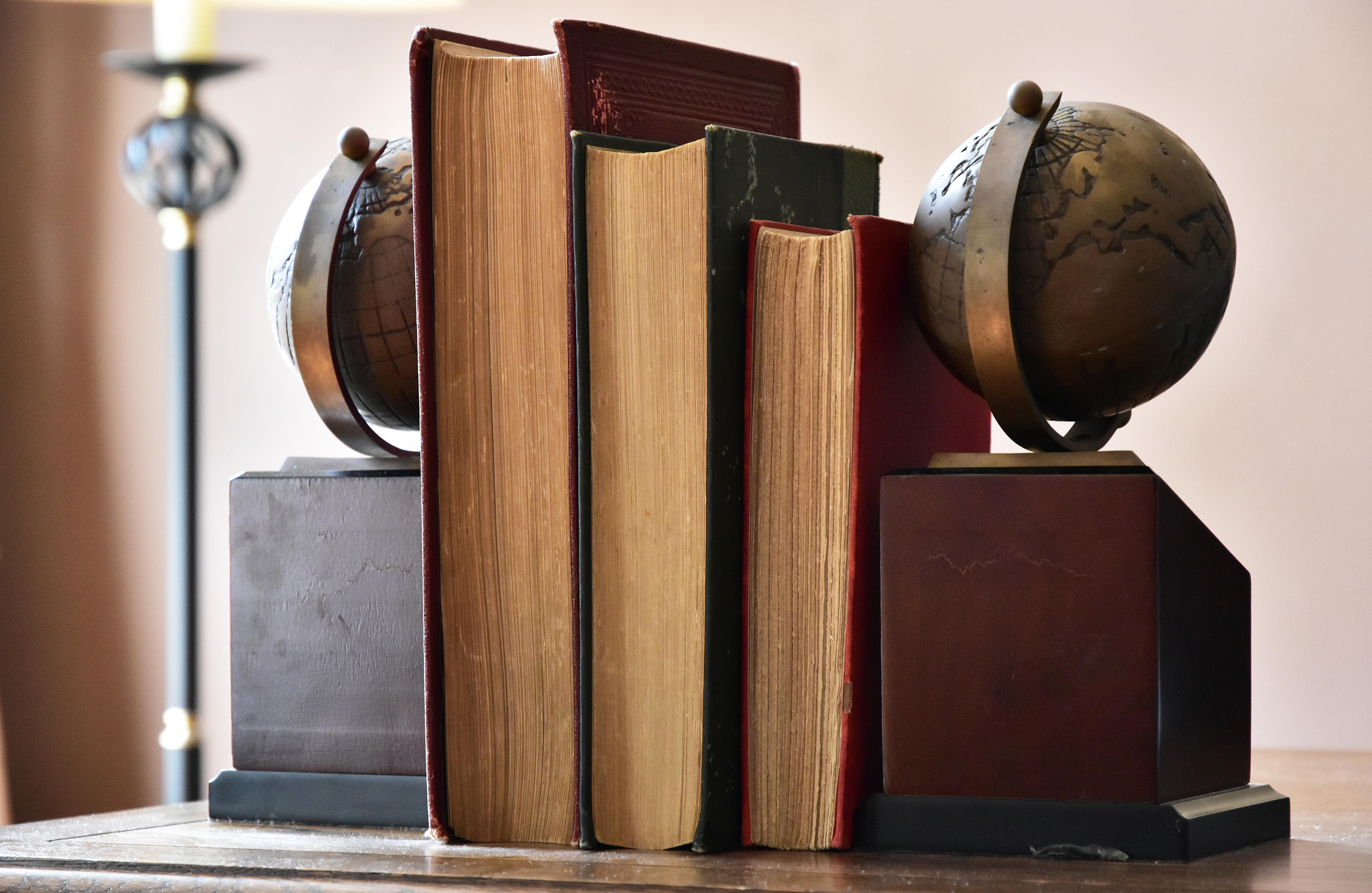 Sujeta libros pirnicpal
