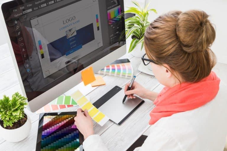 Una chica trabajando con una tableta gráfica