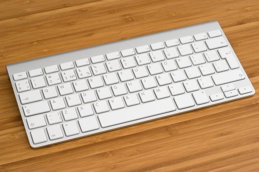 teclado para ipad sobre mesa de madera