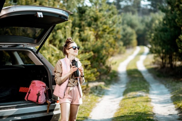 Una chica con un termo de viaje