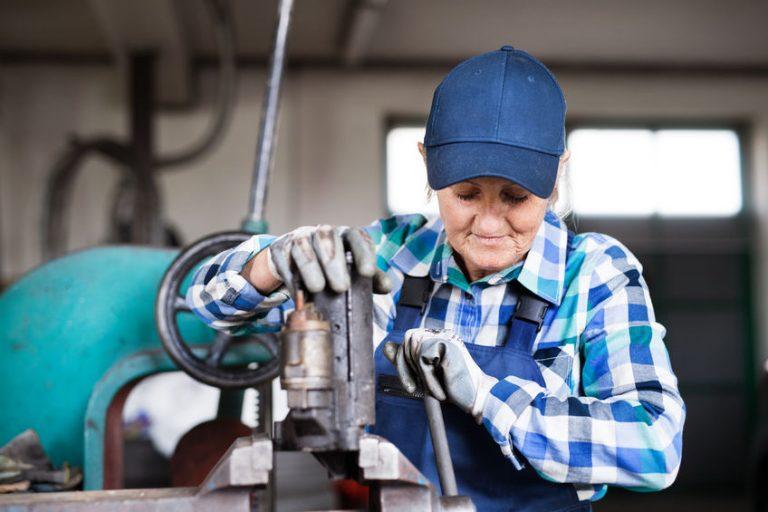 Una mujer mayor trabajando en un taller