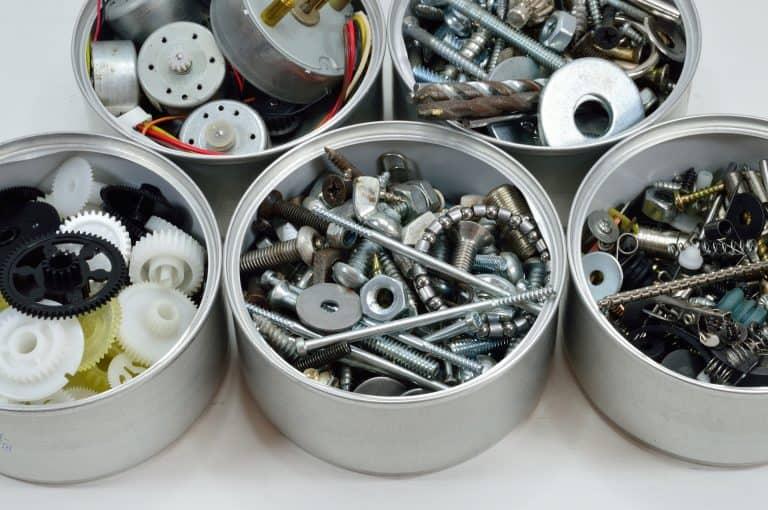 Una caja con varios tipos de tornillos
