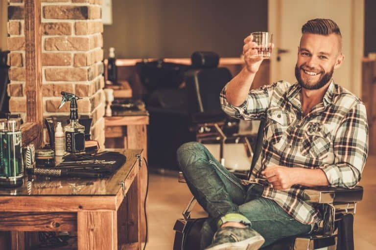 Hombre tomando Whisky