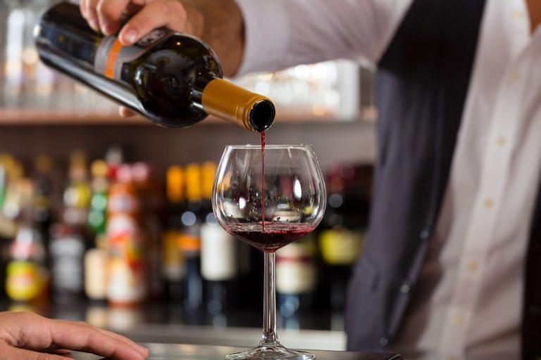 Bartender sirviendo vino