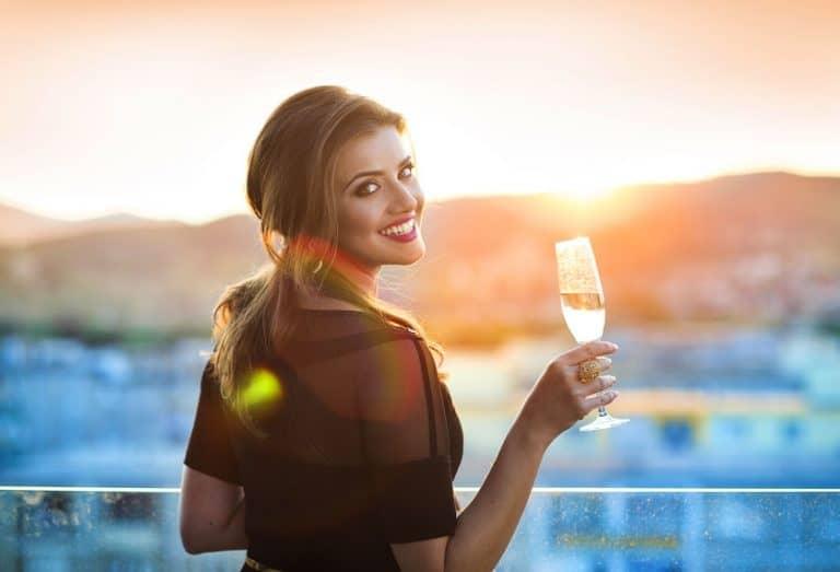 Chica con vino