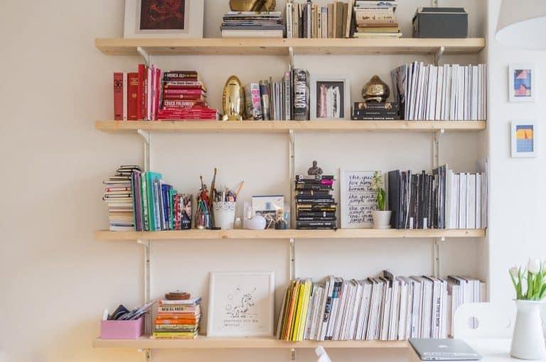 Una estantería con libros y otras cosas