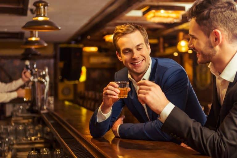 Hombres tomando Whisky