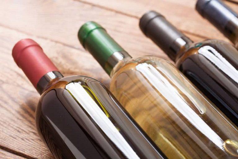 Varias botellas de vino blanco y tinto