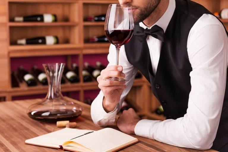 Sommelier oliendo vino