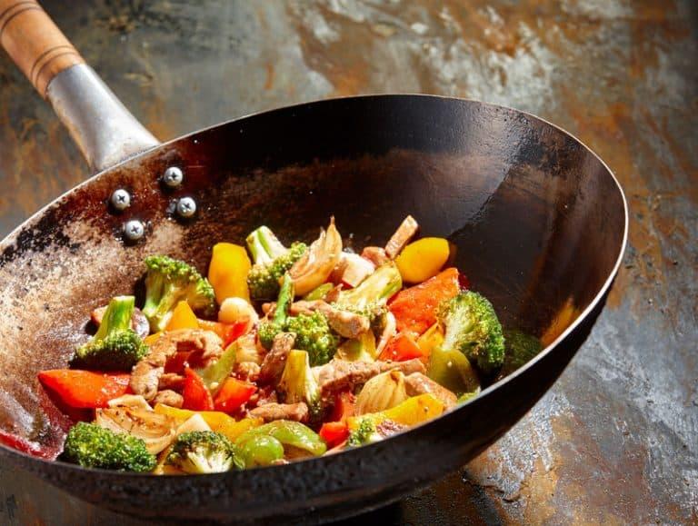 Pollo y verduras cocinados al wok
