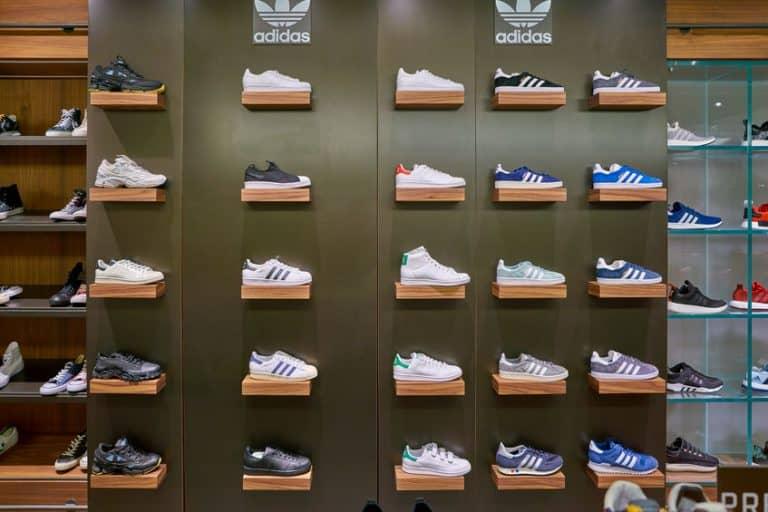 Una tienda que vede zapatillas adidas