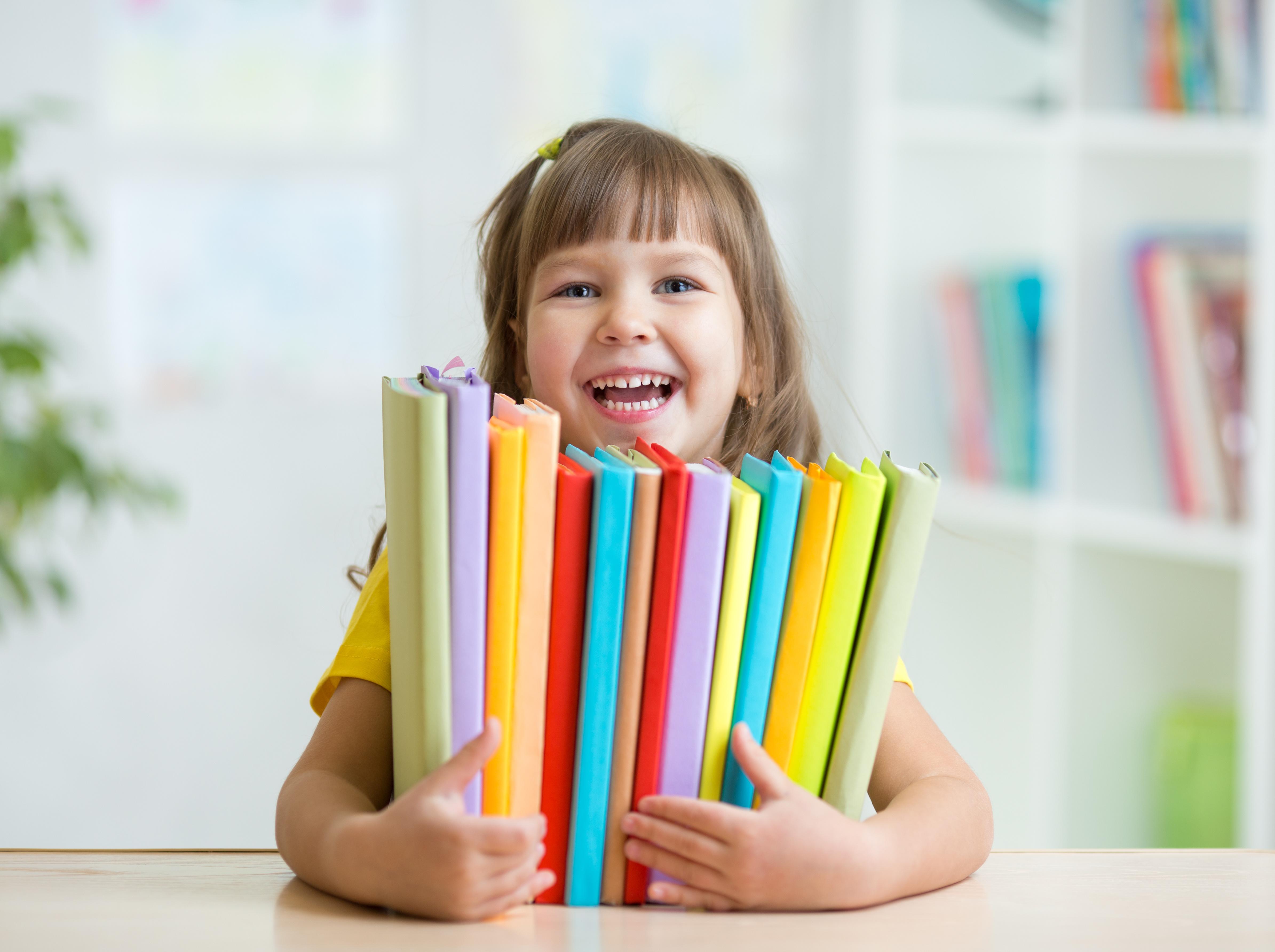 Niña con libros en sus manos