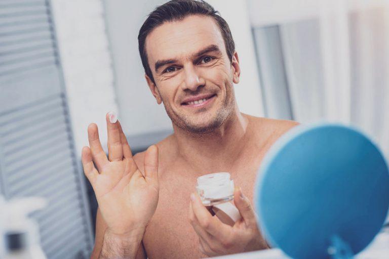 Hombre con crema en su dedo