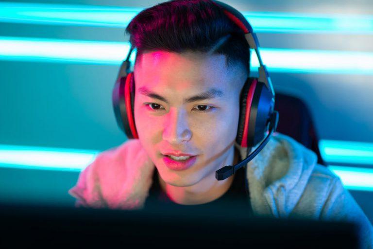 Hombre asiático jugando