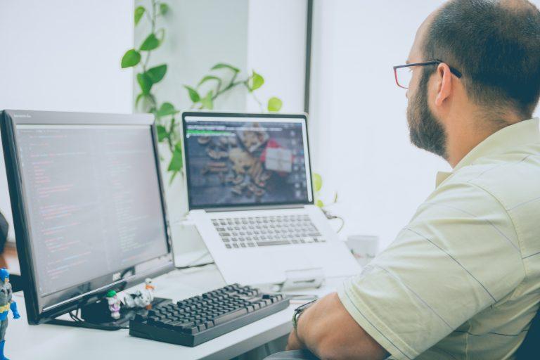 Hombre en su computadora
