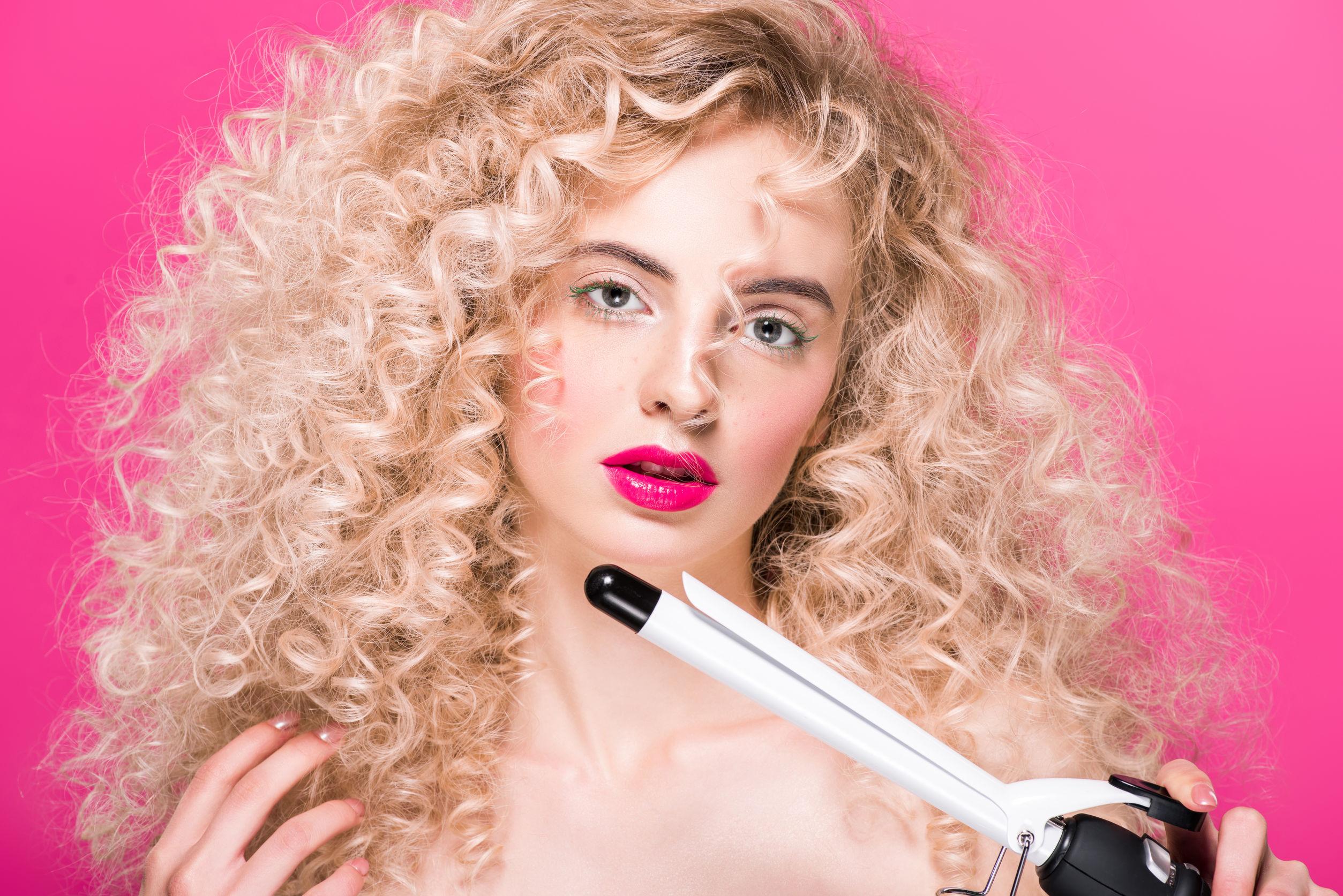 Mujer sobre fondo rosa